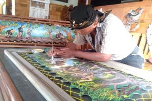 Cerita Berandal Lokajaya di atas Kanvas Limbah Kulit Sapi Seniman Tulungagung
