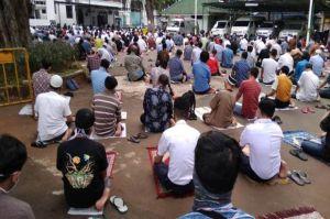 Shalat Jumat di Pelataran Rumah Dekat Masjid, Bolehkah?