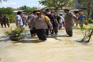 Jalan Kaki Terjang Banjir, Kapolres Batubara Salurkan Bantuan untuk Warga Miskin