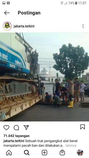 Truk Pengangkut Alat Berat Pecah Ban, Netizen: Pancong Bulak Macet