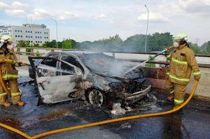 Sedan Hangus Terbakar di Tol Tanjung Priok Arah Cawang