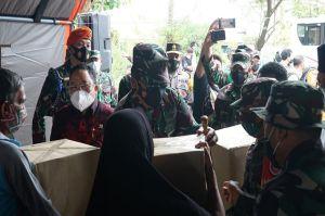 Panglima TNI Terjun Langsung Serahkan Bantuan Presiden dan 34 Perahu Karet Korban Banjir Kalsel