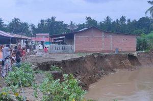 Mengerikan, Rumah Warga di Pide Aceh Ini Nyaris Ambles ke Sungai
