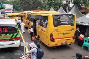 Puluhan Pasien Covid-19 Diangkut dari Puskesmas Ciracas Menggunakan Bus Sekolah
