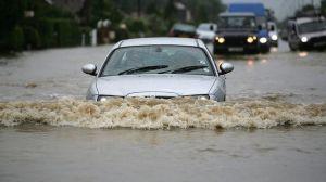 Waspada, Efek Menerjang Genangan Air Pada Rem Mobil