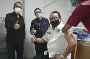 Vaksinasi COVID-19 untuk Lansia di Bali, Wagub Cok Ace Penerima Pertama