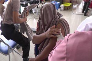 Malu Ketahuan Takut Disuntik Vaksin COVID-19, Polisi Demak Tutup Wajah Pakai Seragam