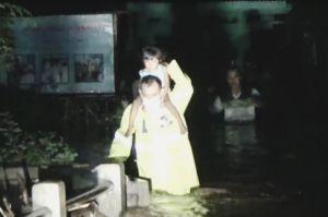 Terjebak Banjir, Petugas Evakuasi Warga Kedopok Probolinggo