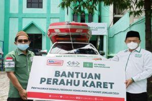 Puncak Harlah NU, LAZIZNU Salurkan Perahu Karet untuk 3 Provinsi