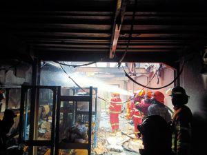 Toko Kue Legendaris di Bandung Terbakar, Pegawai Berhamburan Selamatkan Diri