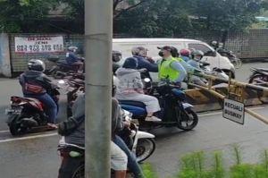 Pengendara Motor Arogan Paksa Terobos Jalur Transjakarta di Daan Mogot
