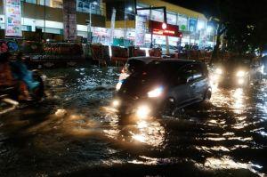 Genangan Banjir, Banyak Kendaraan di Padang Terjebak dan Mogok