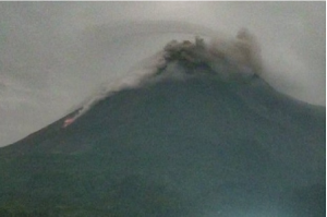 Sabtu Dini Hari Lava Pijar Meluncur 13 Kali Sejauh 1 Km dari Puncak Merapi