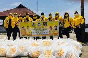 Naik Perahu, KPPG Sumut Salurkan Bantuan untuk Nelayan Seberang