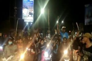Viral, Video Puluhan Pemuda Bermotor Bawa Senjata Tajam Blokade Perempatan di Kota Serang