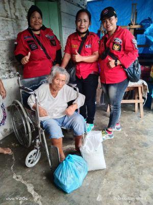 Srikandi PBB Bagikan Sembako kepada Janda Tua di Hari Kartini