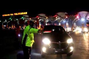Nekat Melintas Tol Cipali Ratusan Kendaraan Pemudik Dikawal Patroli Putar Balik di Exit Gerbang Palimanan