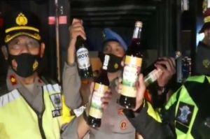 Polisi Sita 11.472 Botol Miras dari 3 Mobil Boks saat Penyekatan Arus Mudik di Jalan Gentong Tasik