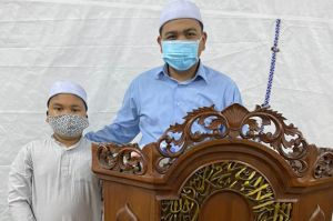 Dari Tenda Masjid At Tabayyun: Kisah Ayah-Anak Jadi Imam dan Bilal Salat Tarawih