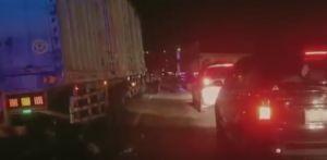 Tragis, Pemotor Tewas Tabrak Bak Truk Parkir Akibat Penerangan Jalan Minim