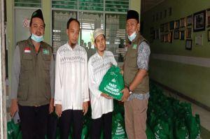 NU CARE dan Tokopedia Salam Salurkan Sembako untuk Santri Tuna Netra