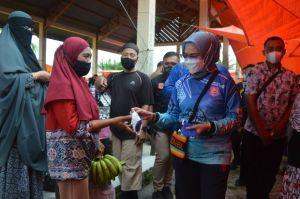 Peduli Kesehatan Rakyat, Wabup Merlan Bagikan Masker Gratis ke Pengunjung Pasar