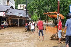 Jalur Prapat Dihantam Banjir, Tim Gabungan Dikerahkan Bersihkan Material