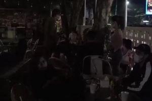 Palembang Zona Merah, Wanita-wanita Seksi Ini Malah Asyik Berkerumun di Kafe