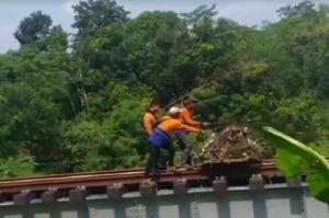 Viral Petugas Rel Kereta Api Buang Sampah ke Bantaran Sungai, Ini Penjelasan PT KAI