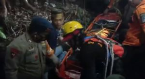 Mobil Terjun ke Jurang, Sopir Tewas Kernet Selamat, Evakuasi Korban Dramatis