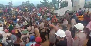 Demo Tolak Aktivitas Tambang, Warga Bentrok dengan Aparat