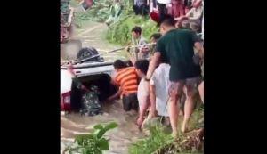 Mobil Terjun ke Sungai, 1 Keluarga Tewas Terjebak di Jok Belakang