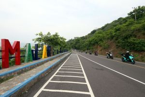 Tiba di Lombok, Mister Aladin Road Trip Protokol CHSE Geber Motor di Pantai Malaka