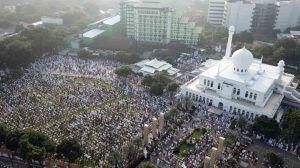 Ribuan Umat Muslim Laksanakan Sholat Idul Fitri di Masjid Al Azhar