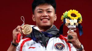 Raih Perunggu, Lifter Rahmat Erwin Abdullah Pamer Batu Cincin Saat Seremoni Medali