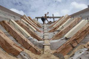 Mengintip Pembuatan Kapal Legenda Pinisi di Tanjung Bira