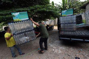 Merakit Botol Bekas Menjadi Tempat Sampah
