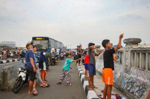 Keseruan Warga Bermain Layangan di Flyover Kalibata