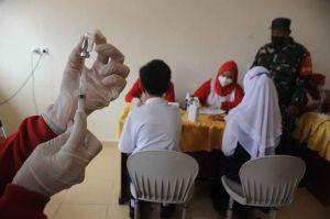 Vaksinasi Massal Pelajar di Palembang