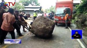 Batu Gunung Berukuran 1,5 Meter Jatuh dan Tutupi Akses Jalan Padang-Painan Sumbar