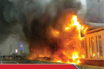 Halte Transjakarta Bundaran Hotel Indonesia Dibakar Massa Pendemo