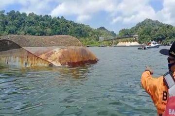 Penampakan Kapal Pengayoman IV Kemenkumham Usai Terbalik di Nusakambangan