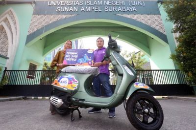 Mahasiswa UIN Sunan Ampel Raih Vespa S125i Program AXIS Super Surprize