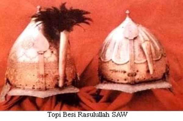 Penampakan Pedang dan Topi Besi Rasulullah SAW