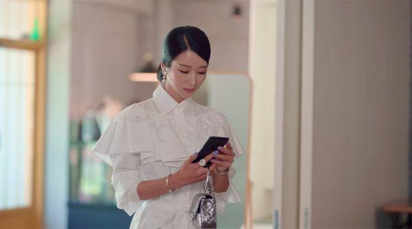 Outfit Seo Ye-Ji saat Foto Keluarga Jadi yang Termahal Sejauh Ini dalam IOTNBO, Ini Rincian Harganya