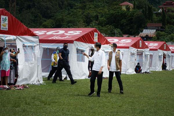 Presiden Jokowi Tinjau Pengungsian Korban Gempa di Stadion Manakarra