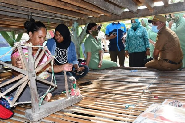 Peduli Penenun Lokal, Mayjen TNI Andi Sumangerukka Bagikan Paket Bantuan di Buton