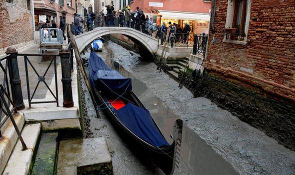Air kanal surut di Venesia setelah banjir besar 3 bulan lalu