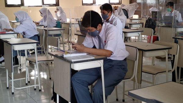 Uji Coba Pembelajaran Tatap Muka di Kabupaten Bogor, Siswa: Senang, Kangen Teman-teman