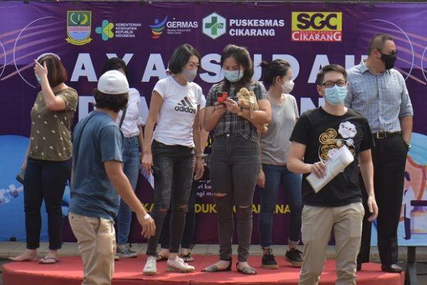 Pedagang Pasar di Bekasi Jalani Vaksinasi Covid-19, Tampangnya Cantik-cantik Lho!